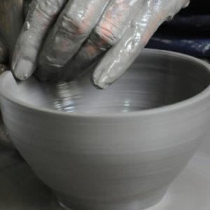 tournage d'un pot en terre
