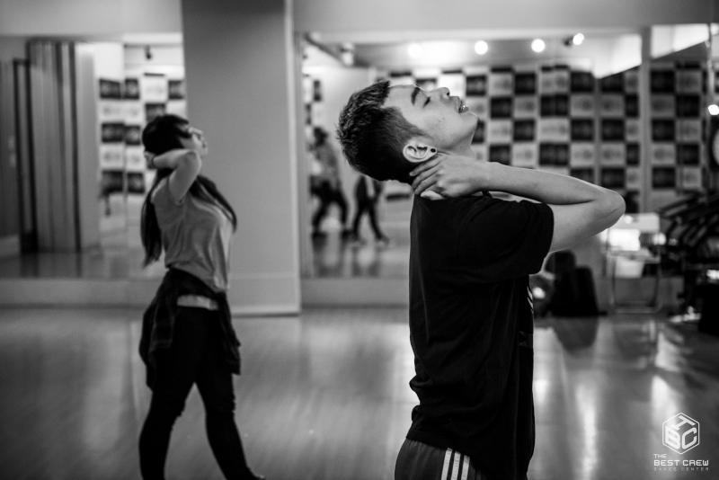 jeunes danseurs s'échauffant