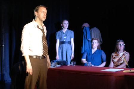 acteurs dans un procès sur scène