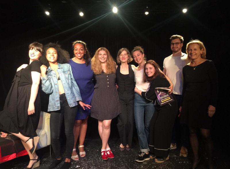 comédiens saluant sur scène