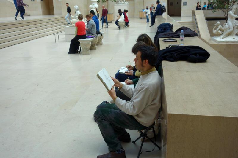 stagiaires dessinant au louvre