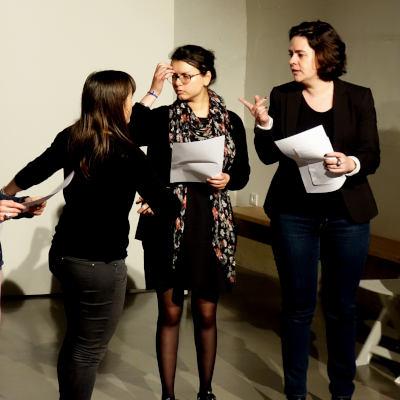 acteurs répétant sur scène