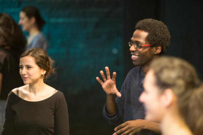 prof d'impro et deux élèves sur scène