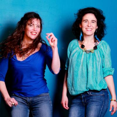 Deux femmes sur un fond bleu