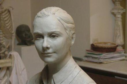 buste de jeune fille modelé en terre
