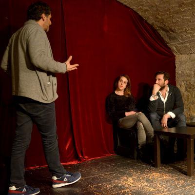 acteurs sur scène de café théâtre