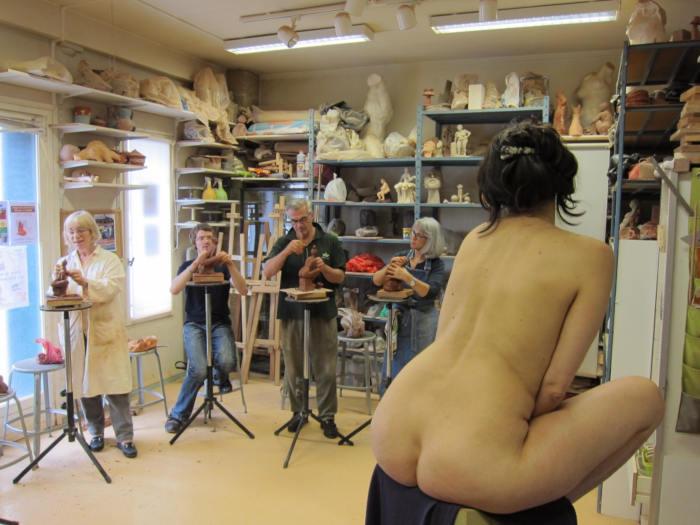 atelier de modelage avec modèle nu