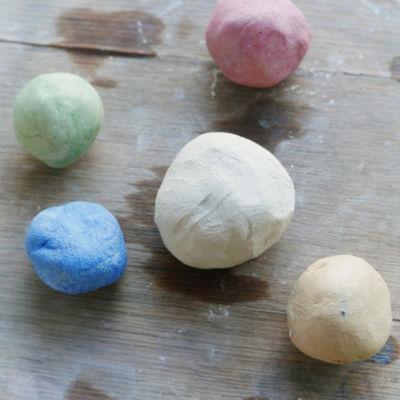 boules colorées de terre pour modelage