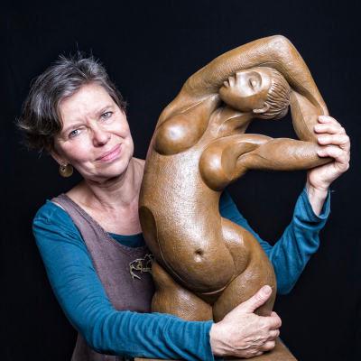 Sculptrice avec sculpture de femme