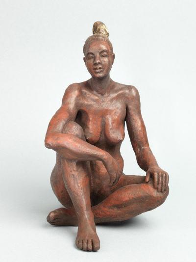 sculpture de femme nue assise