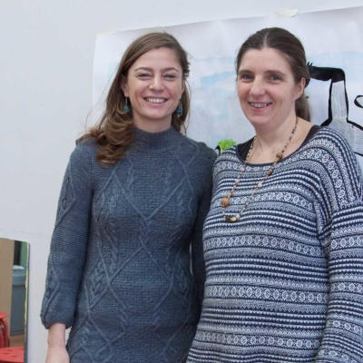 deux professeures femmes de dessin