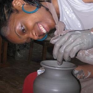 prof de poterie en train de tourner un vase