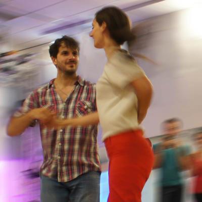 jeunes homme et femme dansant le rock