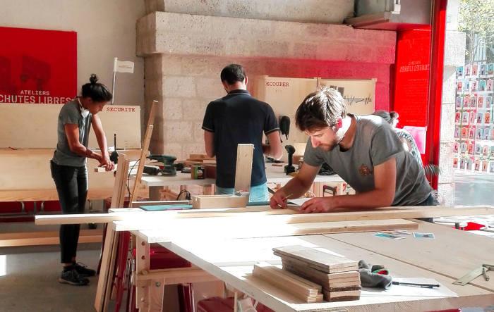 hommes et femmes dans atelier de menuiserie