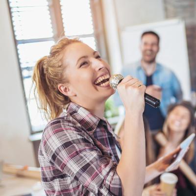 femme chantant dans un micro