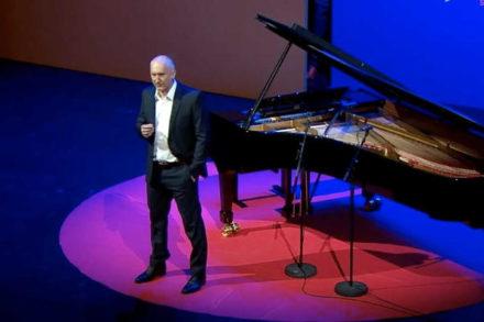 homme sur une scène devant un piano