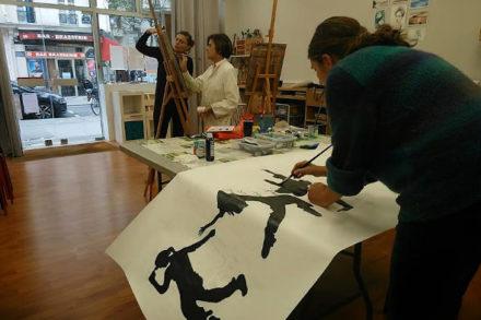 femme peignant au pinceau à encre