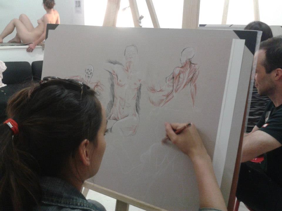 dessinatrice faisant du dessin d'anatomie