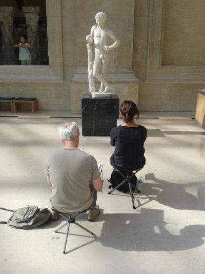 dessinateurs au louvre dessinant une statue