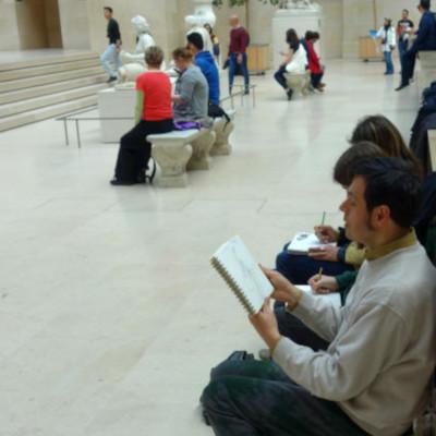 homme assis dessinant au louvre