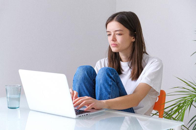 femme désabusée face à ordinateur