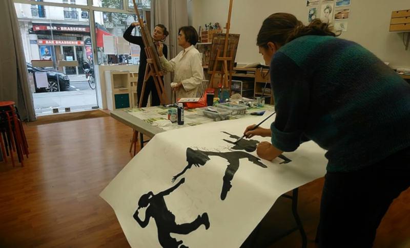 atelier de dessin avec femme dessinant au premier plan