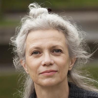 portrait de femme aux cheveux blancs