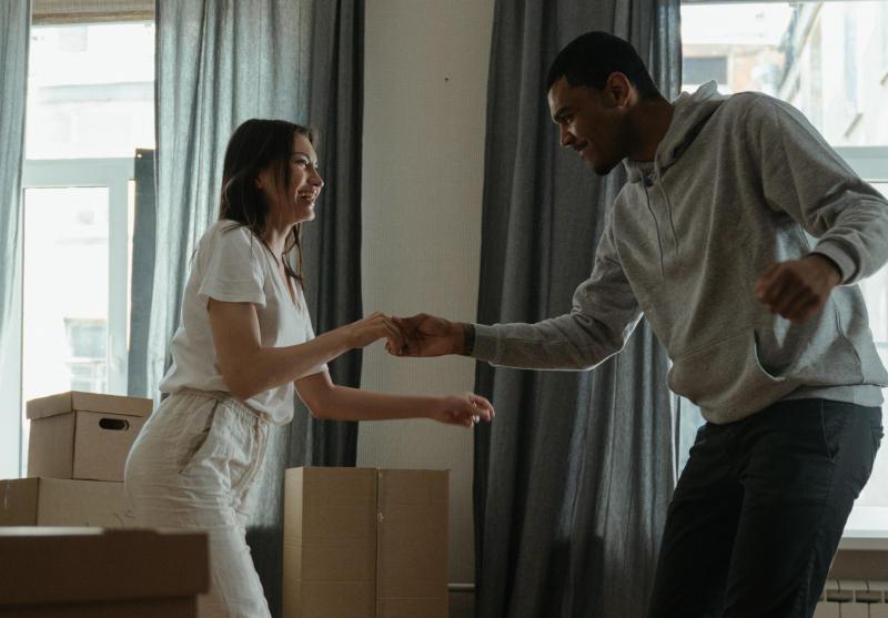 couple dansant dans salon