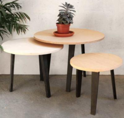 trois tables basses en bois